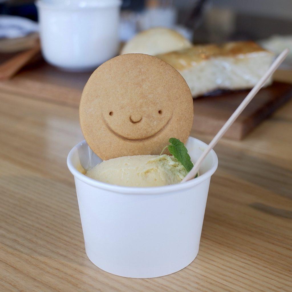バニラアイスとスマイルクッキー